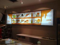 Mẫu in backlit film dùng để trang trí cửa hàng bán thức ăn.