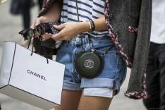 """Giới trẻ luôn khao khát sở hữu chiếc túi giấy Chanel để """"đánh bóng"""" bản thân."""